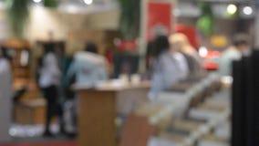 Consultores en el centro comercial blanco de las camisas almacen de video