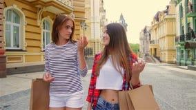 Consumentisme en vriendschapsconcept - gelukkig glimlachen stock video