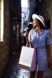 Consumerism shopping, livsstilbegrepp Lycklig kvinna med p?sar som tycker om att shoppa royaltyfri bild