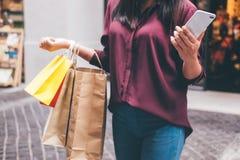 Consumerism shopping, livsstilbegrepp, ung kvinna som rymmer Co royaltyfria bilder