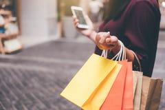 Consumerism shopping, livsstilbegrepp, ung kvinna som rymmer Co royaltyfri foto