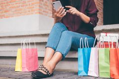 Consumerism shopping, livsstilbegrepp, ung kvinna som sitter ne arkivbilder