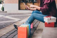 Consumerism shopping, livsstilbegrepp, ung kvinna som sitter ne royaltyfria bilder