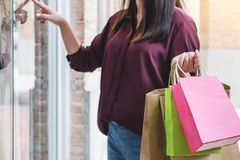 Consumerism som shoppar livsstilbegrepp, hållande sänka för ung kvinna fotografering för bildbyråer