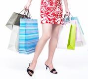 Consumerismo al por menor. Piernas atractivas con los bolsos de compras Fotos de archivo