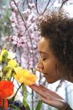 Consumerismo: Mujer que huele las flores frescas. Fotos de archivo
