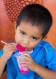 Consumición asiática del muchacho Fotos de archivo libres de regalías