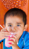 Consumición asiática del muchacho Foto de archivo