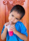 Consumición asiática del muchacho Foto de archivo libre de regalías