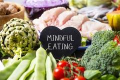 Consumición atenta de las verduras, del pollo y del texto imagen de archivo libre de regalías