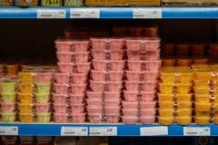 Consumición a comprar en un supermercado vietnamita fotografía de archivo