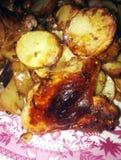 consumición de andpotatoes tostados del pollo Imagenes de archivo
