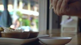 Consumición de Dim Sum en el café asiático de la calle metrajes
