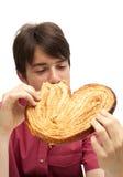 Consumición de la galleta enorme del palmerita Imagen de archivo libre de regalías