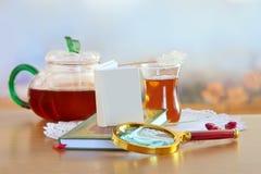 Consumición de la lectura y del té Foto de archivo libre de regalías
