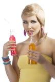 Consumición de la muchacha del verano de la manera, fotografía de archivo libre de regalías