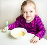 Consumición de la muchacha quién comió toda su comida foto de archivo libre de regalías
