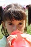 Consumición de la niña imágenes de archivo libres de regalías