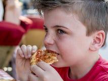 Consumición de la pizza Foto de archivo libre de regalías