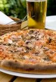Consumición de la pizza en la pizzería Imagenes de archivo
