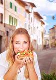 Consumición de la pizza italiana Imagenes de archivo