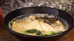 Consumición de la sopa asiática con el queso de soja almacen de metraje de vídeo