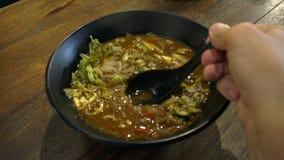 Consumición de la sopa de fideos asiática Laksa Visión superior almacen de metraje de vídeo