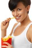 Consumición de los alimentos de preparación rápida Muchacha que come las patatas fritas Nutrición lifestyle Fotografía de archivo