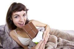 Consumición de los bocados en cama Imagen de archivo libre de regalías