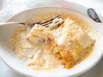 consumición de los crespones rellenos con el jamón y el queso imagen de archivo