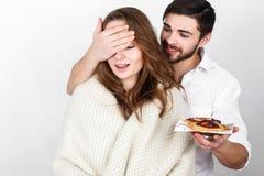 Consumición de los pares más breakfest el día de tarjeta del día de San Valentín foto de archivo