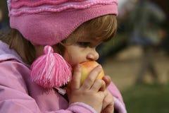 Consumición de manzanas fotos de archivo libres de regalías