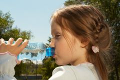 Consumición de un agua Imagenes de archivo