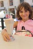 Consumición de un milkshake Fotos de archivo