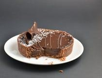 Consumición de un Tartlet del chocolate Foto de archivo libre de regalías