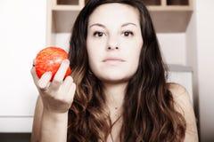 Consumición de una manzana Imagen de archivo