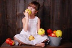 Consumición de una manzana Foto de archivo libre de regalías