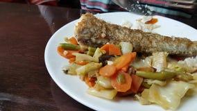 Consumición del bacalao cocido con las verduras almacen de video