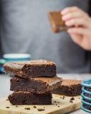 Consumición del brownie fotografía de archivo