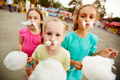 Consumición del caramelo de algodón Fotografía de archivo libre de regalías