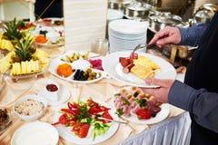 Consumición del desayuno del estilo de la comida fría del sueco Fotografía de archivo libre de regalías