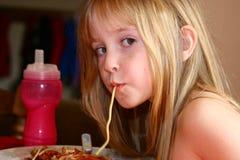 Consumición del espagueti Fotos de archivo libres de regalías