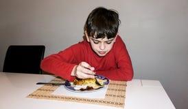 Consumición del hijo autístico de la comida del niño de la nutrición de la salud del muchacho Fotografía de archivo