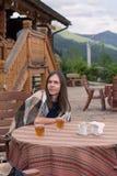 Consumición del hombre joven uzvar Foto de archivo