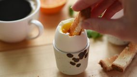 Consumici?n del huevo hervido suave con pan tostado