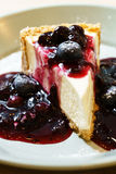 Consumición del pastel de queso azul de la baya Fotografía de archivo libre de regalías