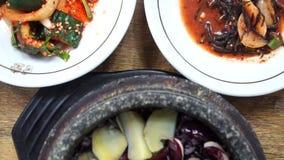 Consumición del plato coreano tradicional Yeongyang Dolsotbap Cocina auténtica asiática almacen de video