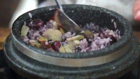 Consumición del plato coreano tradicional Yeongyang Dolsotbap Cocina auténtica asiática metrajes