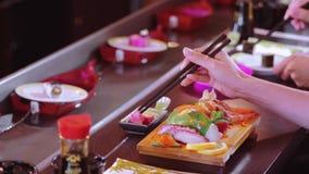 Consumición del sushi en un restaurante almacen de video