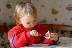 Consumición del yogur Fotos de archivo libres de regalías